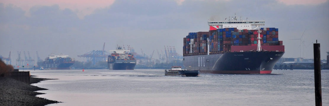 Elbblick auf Containerschiffe